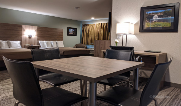 Yosemite Hotel Pictures - Dining Table Area in 2 Queen Deluxe